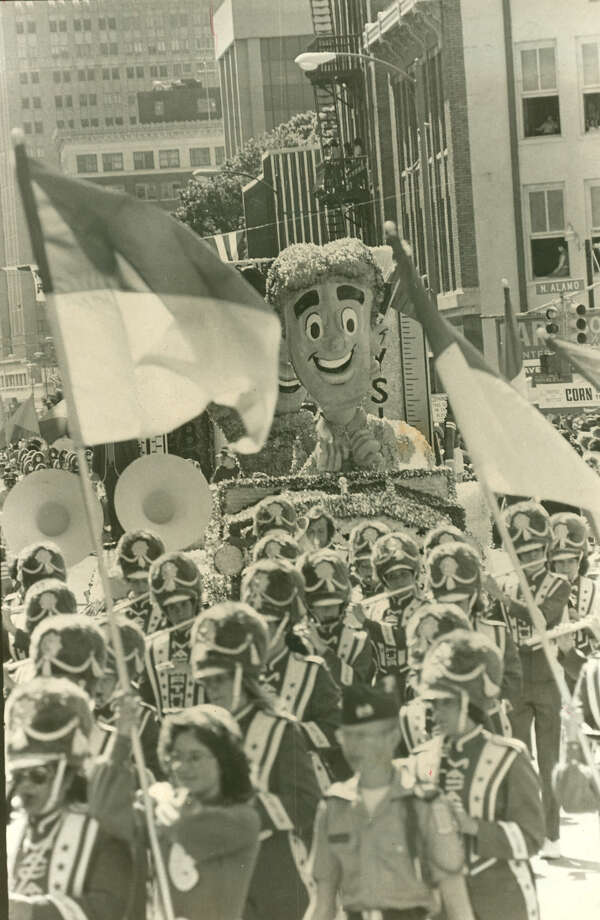 Battle of Flowers 1978: The MacArthur High School band and the Dr. Pepper float make their way down the parade route. Photo: San Antonio Express-News File Photo