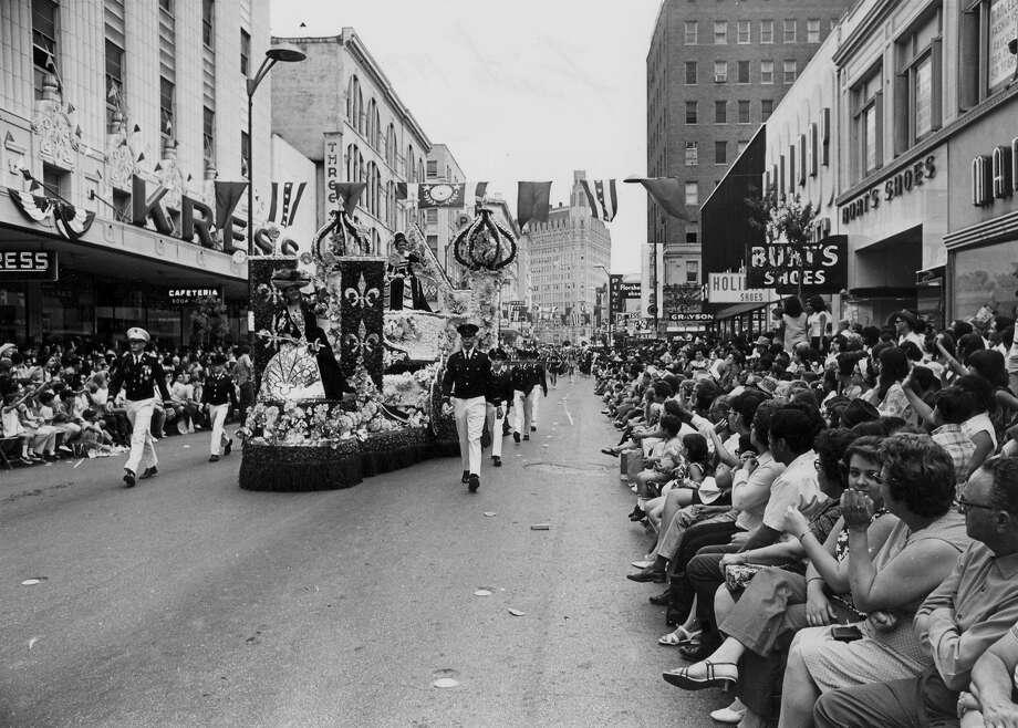 Battle of Flowers 1970: The parade passes down Houston Street. Photo: San Antonio Express-News File Photo
