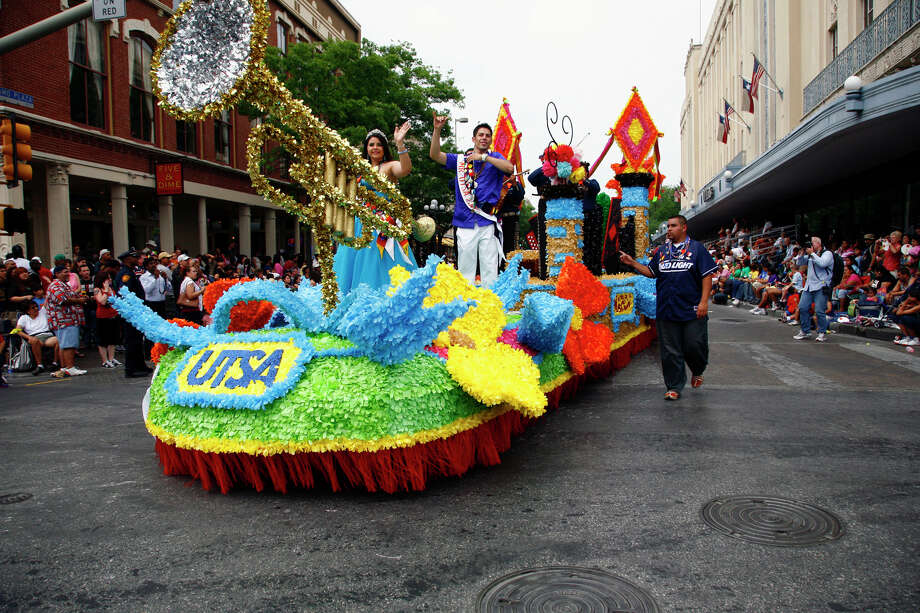 Battle of Flowers 2008: The UTSA float turns down Commerce Street. Photo: San Antonio Express-News File Photo / SAN ANTONIO EXPRESS-NEWS