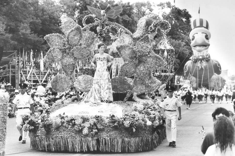 Battle of Flowers 1992: A float carrying Minette Whitt Olson, the Duchess of the Pastoral Provence, passes near Alamo Plaza. Photo: San Antonio Express-News File Photo