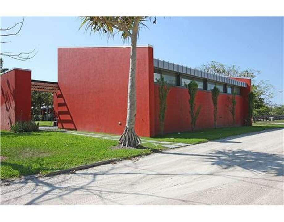 The home. Er, ranch. Er, silo. All photos via Estately/MLS/Southfields Real Estate, Inc.