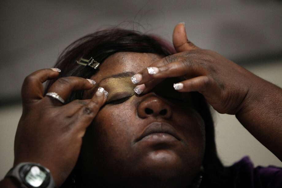 Yuvonda Simpson applies eye shadow to her eyelid by feeling and following her eyebrow bone structure. Photo: Mayra Beltran, Houston Chronicle / © 2013 Houston Chronicle