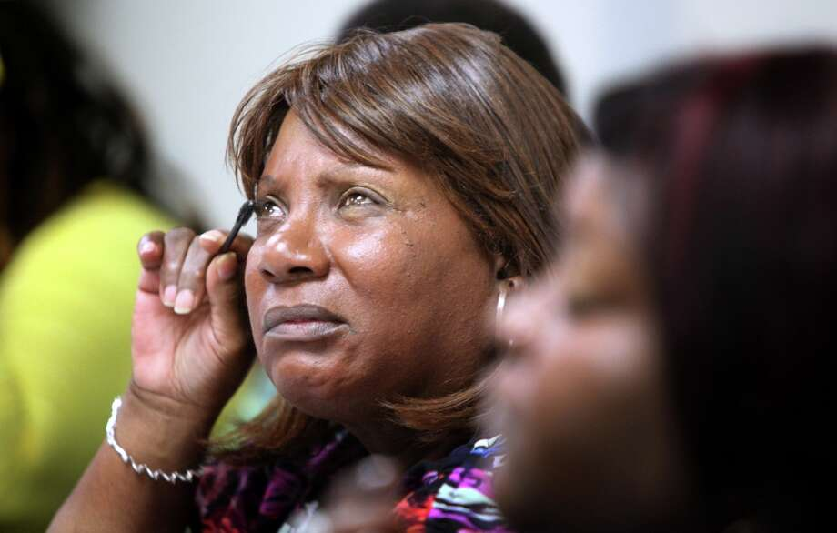 Bernice Mays, who is legally blind, learns how to apply mascara and other makeup skills. Photo: Mayra Beltran, Houston Chronicle / © 2013 Houston Chronicle