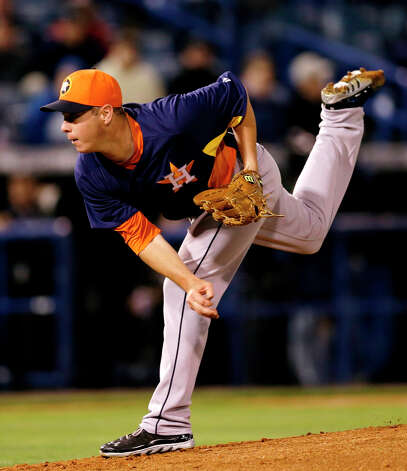 Astros pitcher Brad Peacock delivers a throw against the Yankees during the fourth inning. Photo: Kathy Willens