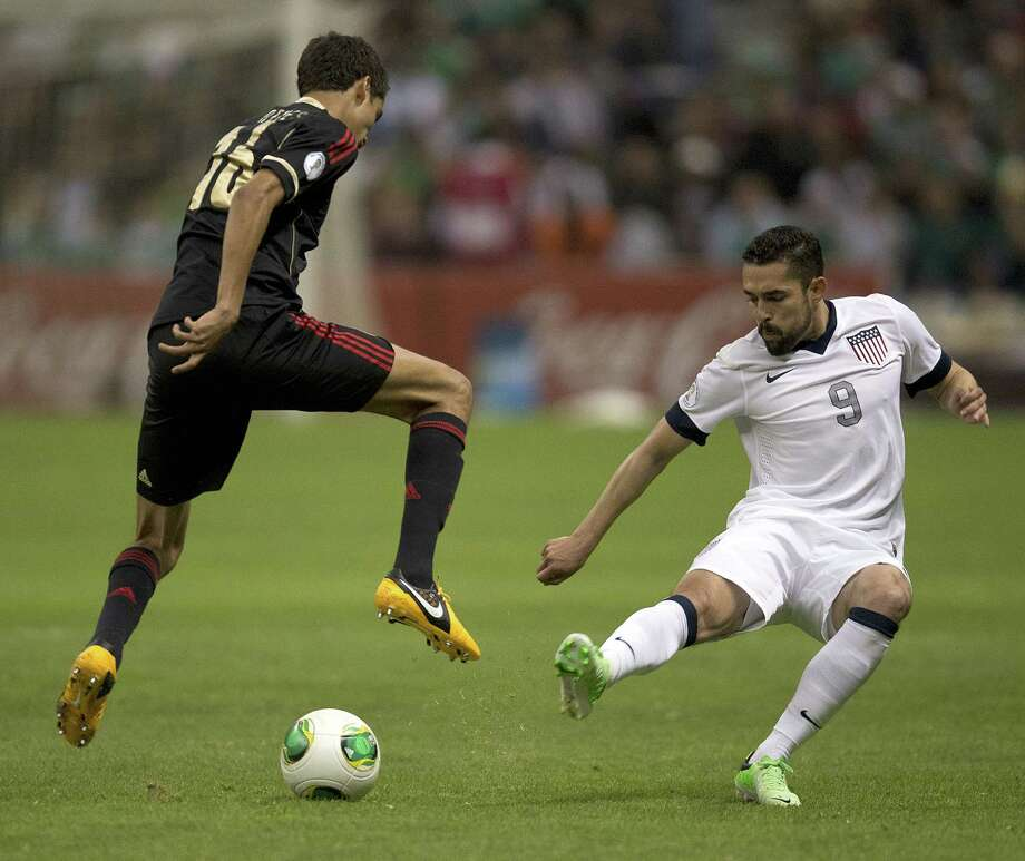 Mexican defender Diego Reyes (L) vies for the ball with United States player Hercules Gomez. Photo: YURI CORTEZ, AFP/Getty Images / YURI CORTEZ