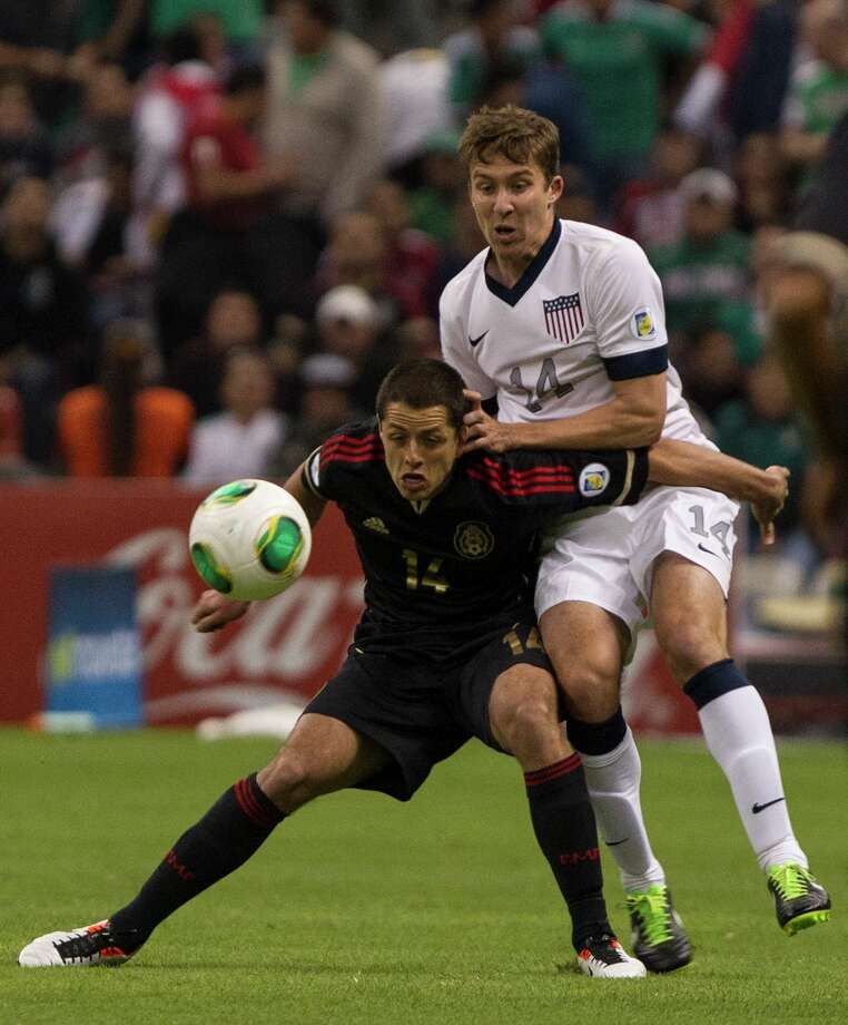 Javier Hernandez (#14) of Mexico fights for the ball with Mattew Besler (#14) of the United States. Photo: Miguel Tovar, Getty Images / 2013 Getty Images