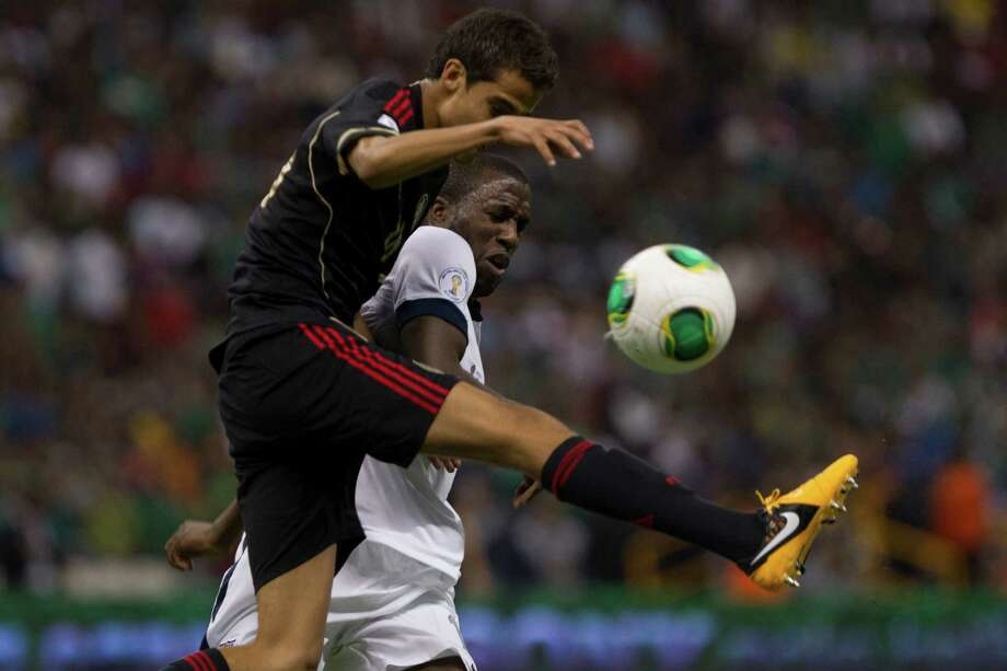 Diego Reyes (#16) of Mexico fights for the ball with Josmer Altidore (#17) of the United States. Photo: Miguel Tovar, Getty Images / 2013 Getty Images