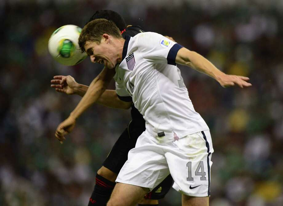 Javier Aquino of Mexico battles for the ball with Matthew Besler. Photo: ALFREDO ESTRELLA, AFP/Getty Images / AFP