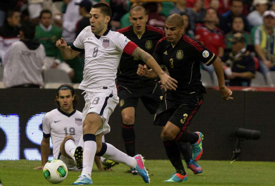 Clinton Dempsey  #8 of the United States drives with the ball. Photo: Miguel Tovar, Getty Images / 2013 Getty Images