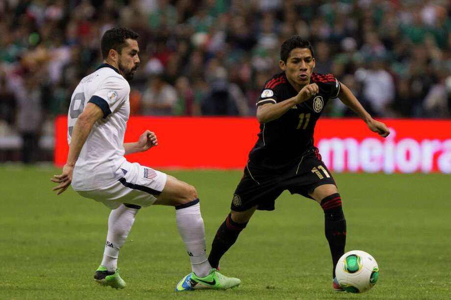 Javier Aquino (#11) of Mexico fights for the ball with Hercules Gomez (#9). Photo: Miguel Tovar, Getty Images / 2013 Getty Images