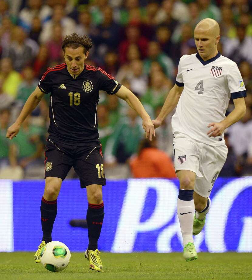 Andres Guardado of Mexico is marked by Michael Bradley. Photo: ALFREDO ESTRELLA, AFP/Getty Images / AFP