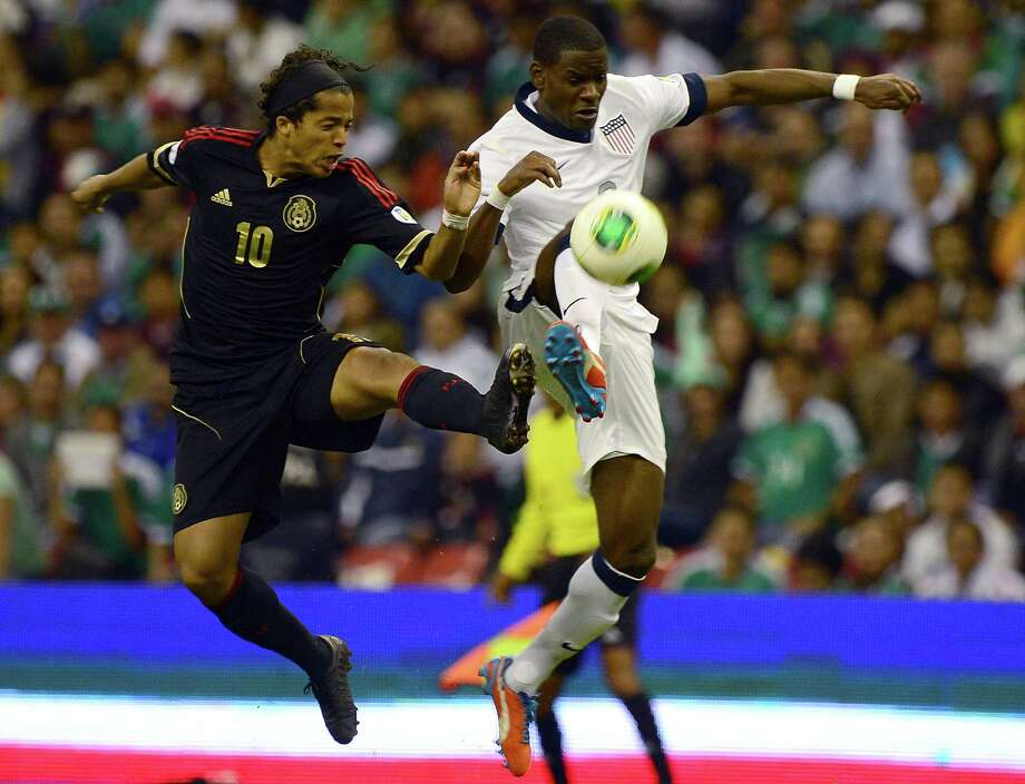 Giovani Dos Santos of Mexico battles for the ball with Maurice Edu of the U.S. Photo: ALFREDO ESTRELLA, AFP/Getty Images / AFP
