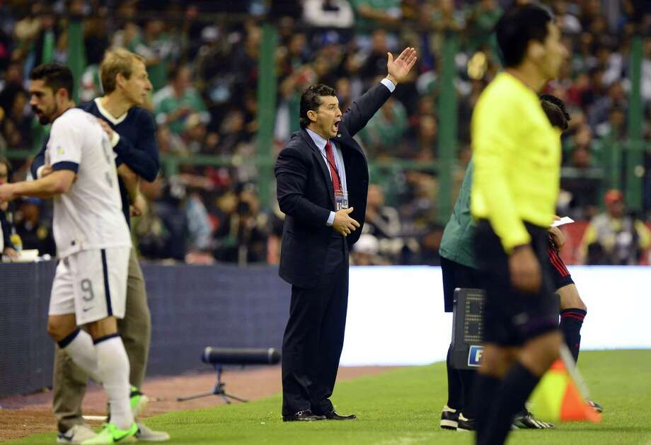 Mexico´s coach Jose Manuel de la Torre gives instructions to his players. Photo: ALFREDO ESTRELLA, AFP/Getty Images / AFP