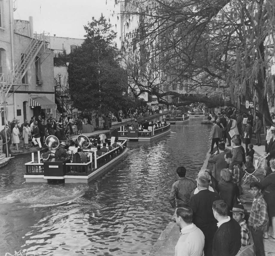 Fiesta River Parade 1972: Crowds watch bands pass in barges. Photo: San Antonio Express-News File Photo