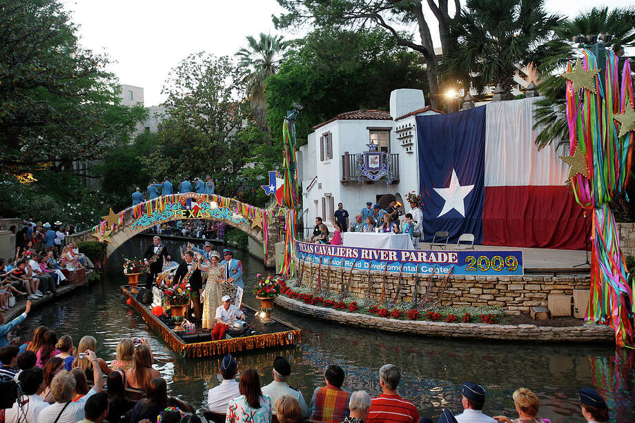 Fiesta River Parade 2009: The Order of the Alamo float makes it by the Arneson River Theater. Photo: Jerry Lara / San Antonio Express-News / glara@express-news.net