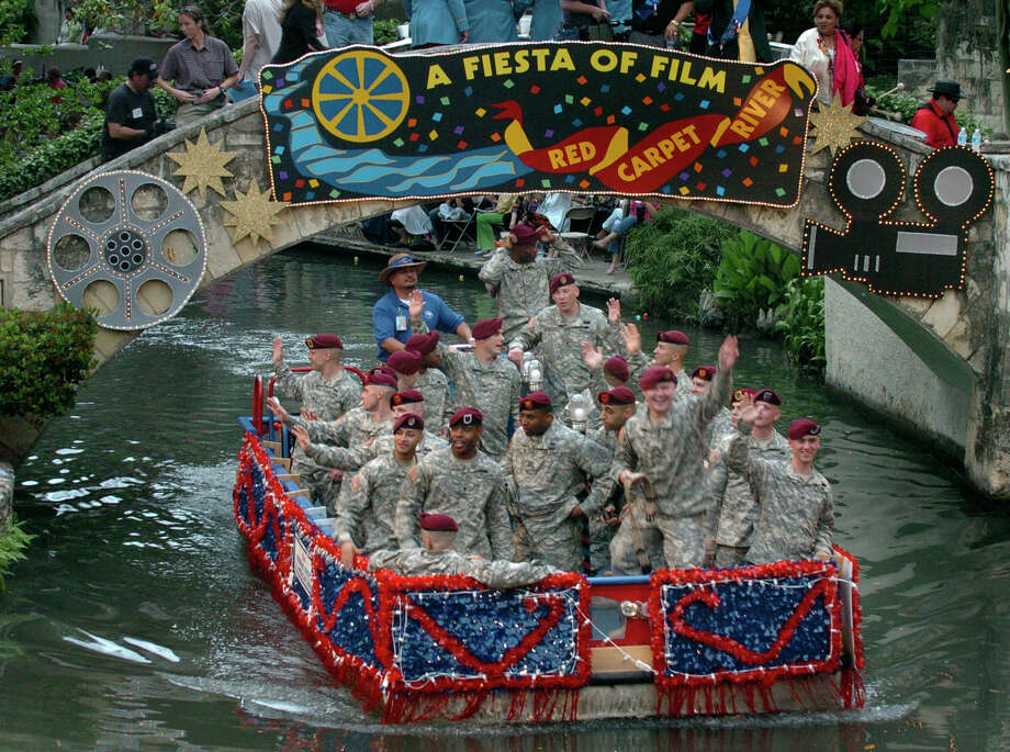 Fiesta River Parade 2007: Several floats with military personnel pass the thousands of spectators. Photo: San Antonio Express-News File Photo / SAN ANTONIO EXPRESS-NEWS