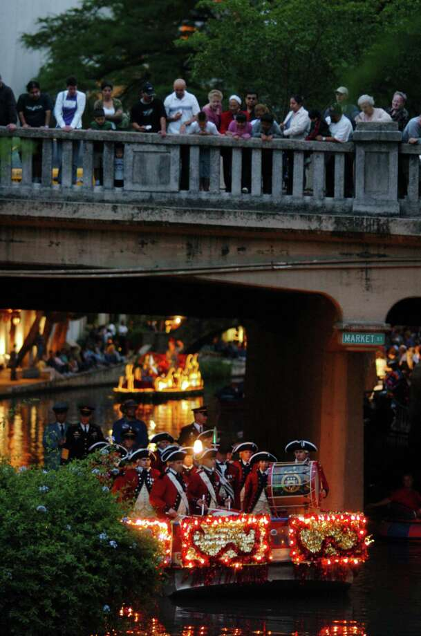 Fiesta River Parade 2005: People stand on the Market Street Bridge to get a look of the float carrying the Old Guard Fife and Drum Corps memebers of the 3rd U.S. Infantry. Photo: San Antonio Express-News File Photo / SAN ANTONIO EXPRESS-NEWS
