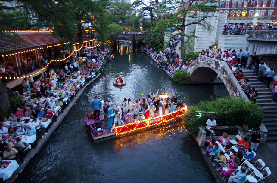 Fiesta River Parade 2004: Rey Feo's float passes by spectators near the Commerce Street Bridge. Photo: Edward A. Ornelas / San Antonio Express-News / SAN ANTONIO EXPRESS-NEWS