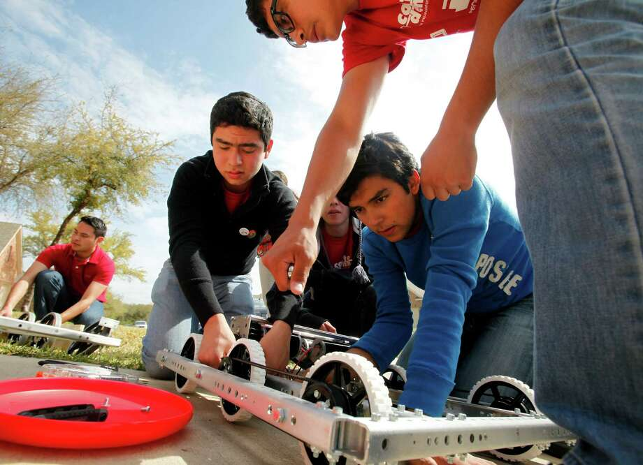 Mexican students work to build a new robot after the truck carrying their original robot was hijacked in Mexico. Photo: William Luther, San Antonio Express-News / © 2013 San Antonio Express-News