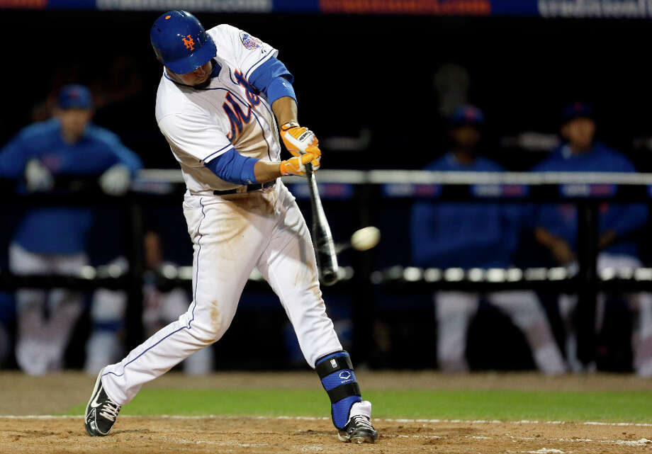 The Mets Zach Lutz hits an RBI double during the sixth inning. Photo: Jeff Roberson, Associated Press / AP