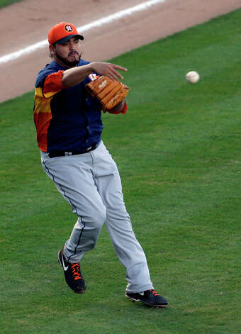 Astros starting pitcher Edgar Gonzalez is unable to throw out Jordany Valdespin at first. Photo: Jeff Roberson, Associated Press / AP