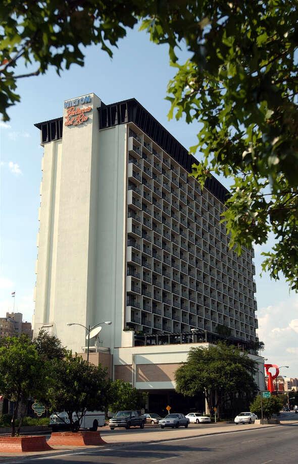 The Hilton Palacio del Rio Hotel at 200 S. Alamo St. Photo: Kin Man Hui / San Antonio Express-News / SAN ANTONIO EXPRESS-NEWS