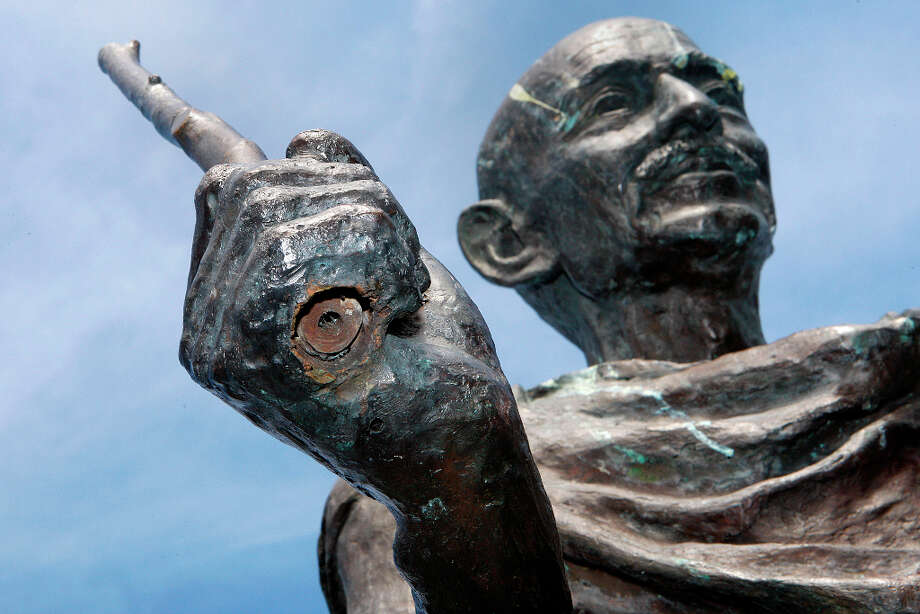 The staff was snapped off at the bottom of the statue and right below his hand. Photo: Liz Hafalia, The Chronicle / SFC