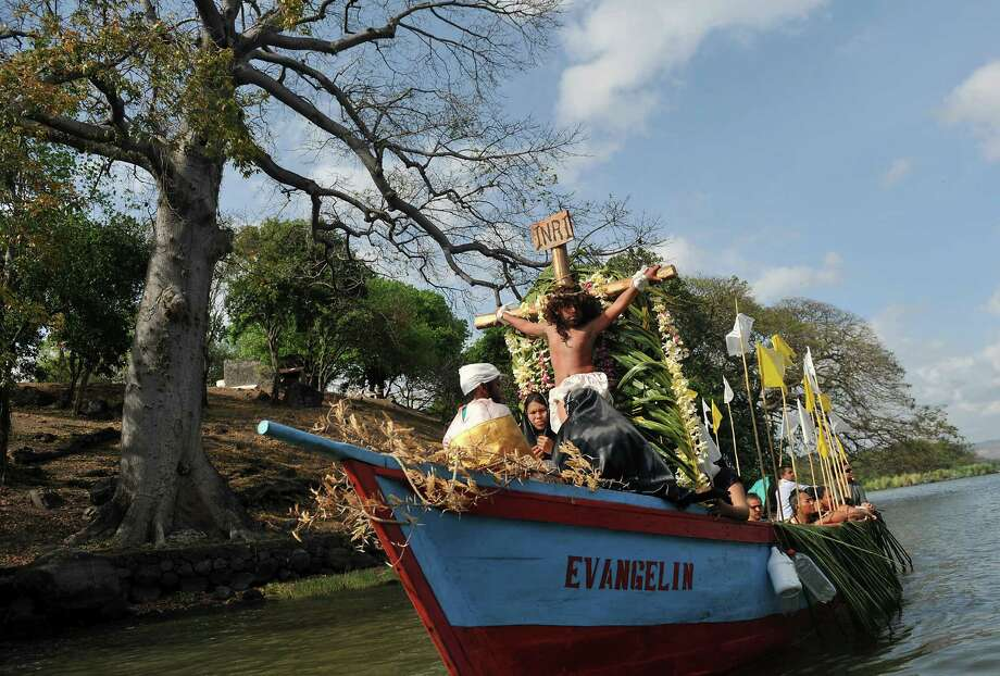 Faithfuls reenact the crucifixion of Jesus during an aquatic Via Crucis carried out on boats between the islets of the Nicaragua -Cocibolca- lake, in Granada, on March 27, 2013, during Holy Week celebrations. Photo: AFP, Getty Images / 2013 AFP