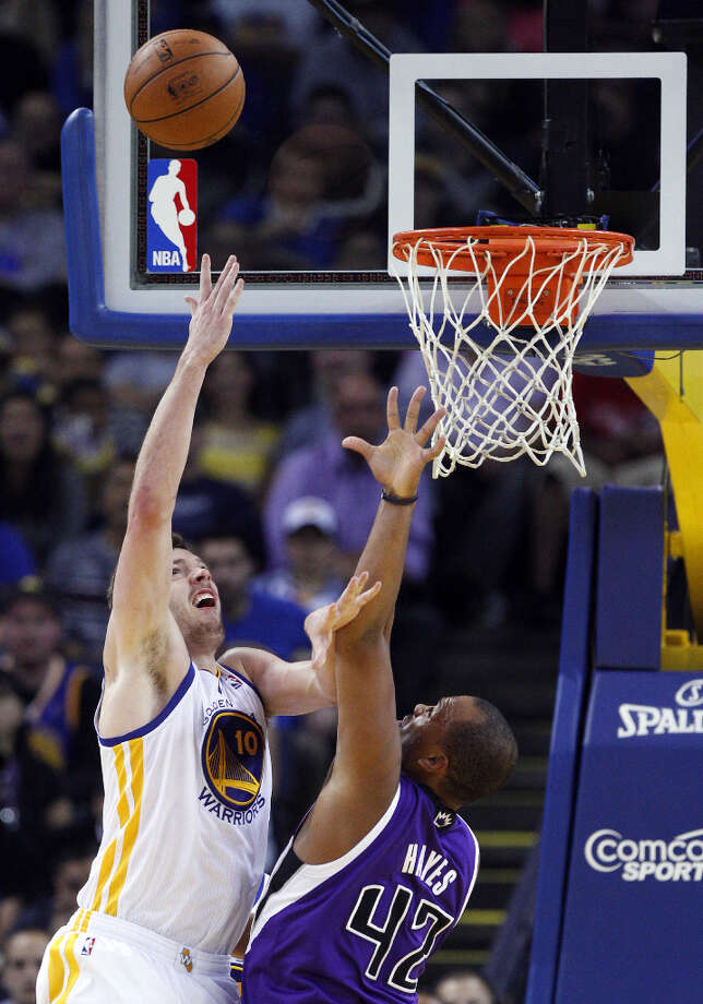 David Lee (10) puts up a shot as he is defended by Sacramento's Chuck Hayes (42) in the second half. Photo: Carlos Avila Gonzalez, The Chronicle / ONLINE_YES