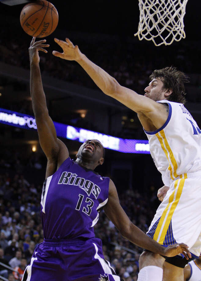 Andrew Bogut (12) defends against Sacramento's Tyreke Evans (13) in the second half. Photo: Carlos Avila Gonzalez, The Chronicle / ONLINE_YES