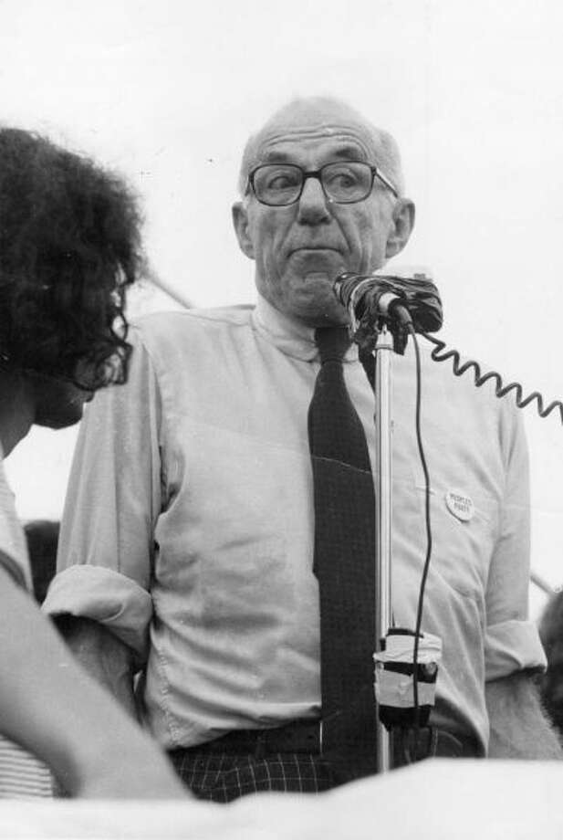 American pediatrician, psychiatrist and pacifist Dr. Benjamin Spock addresses an audience during his election campaign as candidate for the American presidency in 1972, running against George McGovern and Richard Nixon. His platform included withdrawal of all American troops from everywhere, legalized abortion and marijuana, and amnesty for draft dodgers.Photo By Hulton Archive/Getty Images