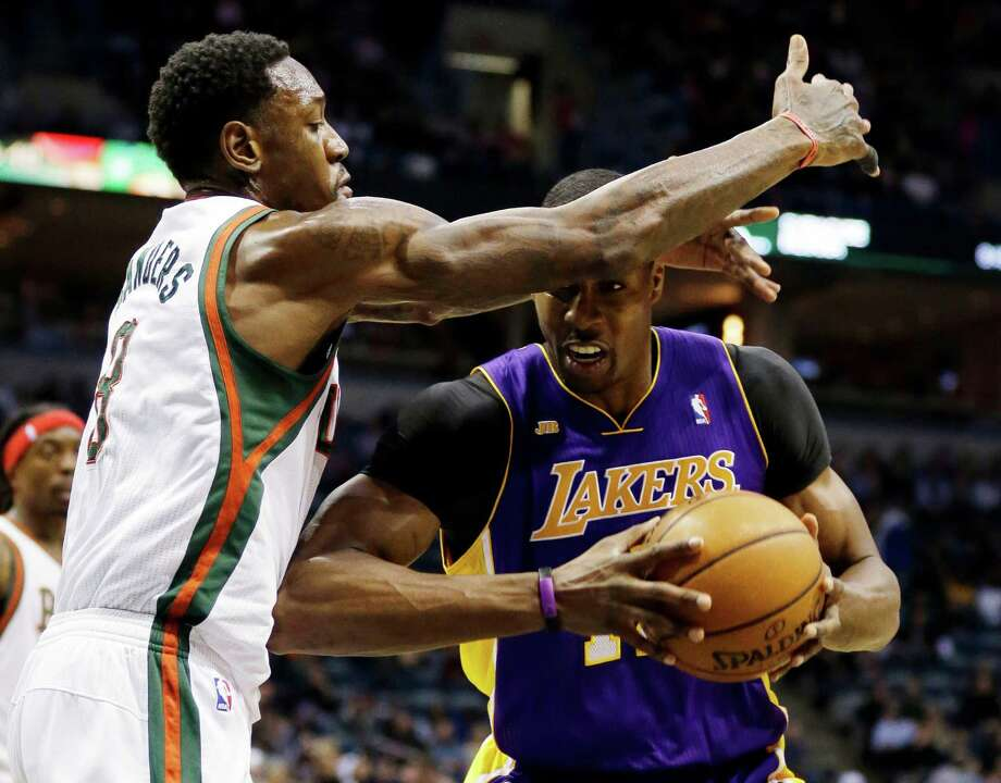 The Bucks' Larry Sanders trys to obscure Dwight Howard's vision as he fights toward the basket Photo: JEFFREY PHELPS, FRE / FR59249 AP