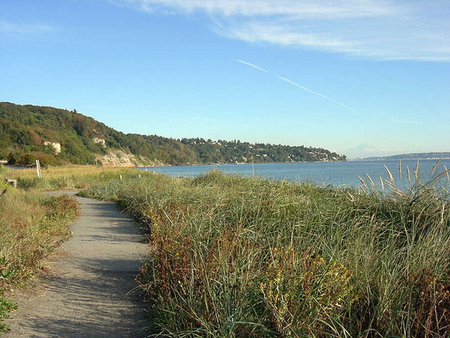 Discovery Parkis Seattle's largest park with 534 acres. Formerly Fort Lawton, it's great for runs, picnic meals on the waterfront, short hikes, and picturesque views of the Cascade and Olympic Mountain ranges.