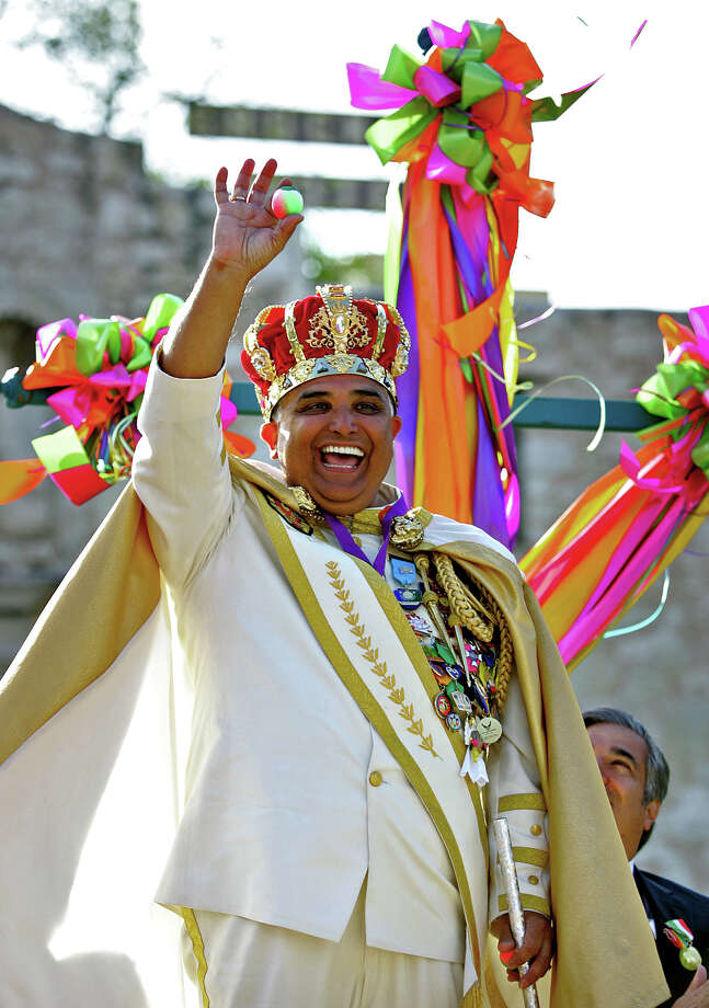 Rey Feo Fernando C. Reyes salutes the crowd with a cascarone as Fiesta kicked off in front of the Alamo with the Fiesta San Antonio Official Opening Ceremony, Friday, April 18, 2008. Photo: Bob Owen, SAN ANTONIO EXPRESS-NEWS / SAN ANTONIO EXPRESS-NEWS