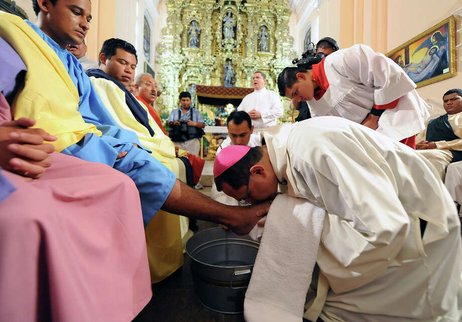 Honduran Archbishop Monsignor Juan Jose Pineda (R) washes the feet of a faithful during a Holy Thursday mass within celebrations for the Holy Week, in Tegucigalpa, on March 28, 2013. Photo: ORLANDO SIERRA, AFP/Getty Images / 2013 AFP