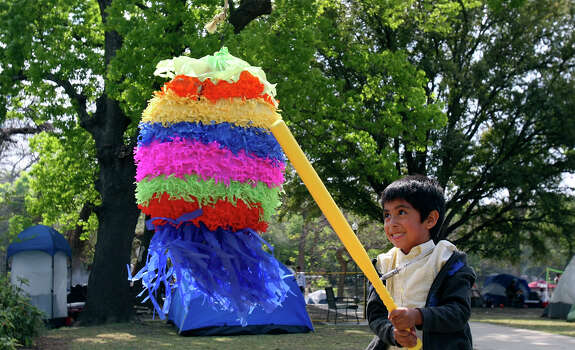 Johnthan Ramirez, 5, hits a pinata Sunday March 23, 2008 while spending Easter with family in Brackenridge Park. Photo: EDWARD A. ORNELAS, SAN ANTONIO EXPRESS-NEWS / SAN ANTONIO EXPRESS-NEWS