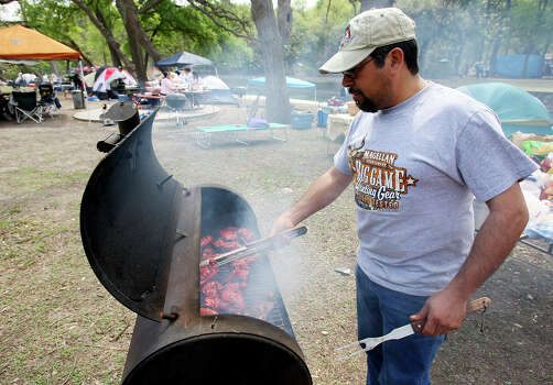 Juan Solis barbeques Sunday March 23, 2008 while spending Easter with family in Brackenridge Park.  Photo: EDWARD A. ORNELAS, SAN ANTONIO EXPRESS-NEWS / SAN ANTONIO EXPRESS-NEWS