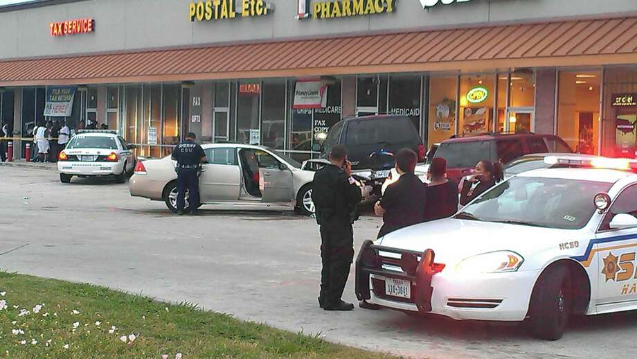 Deputies investigate the scene of a robbery and shooting that left one man dead. Photo: Mike Glenn/Chronicle
