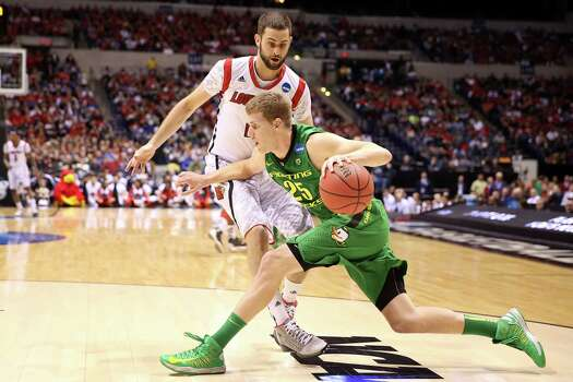 INDIANAPOLIS, IN - MARCH 29:  E.J. Singler #25 of the Oregon Ducks drives in the first half against Luke Hancock #11 of the Louisville Cardinals during the Midwest Region Semifinal round of the 2013 NCAA Men's Basketball Tournament at Lucas Oil Stadium on March 29, 2013 in Indianapolis, Indiana. Photo: Andy Lyons, Getty Images / 2013 Getty Images