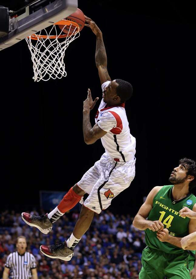 Oregon's Arsalan Kazemi (14) can only watch as Louisville's Russ Smith, who scored 31 points in the Cardinals' victory, goes to the rim uncontested. Photo: Streeter Lecka, Staff / 2013 Getty Images