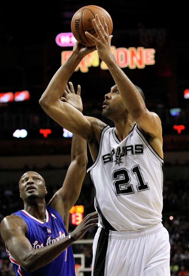 The Spurs' Tim Duncan (21) shoots over Los Angeles Clippers' Lamar Odom (7) in the second quarter at the AT&T Center on Friday, Mar. 29, 2013. Photo: Kin Man Hui, San Antonio Express-News / © 2012 San Antonio Express-News