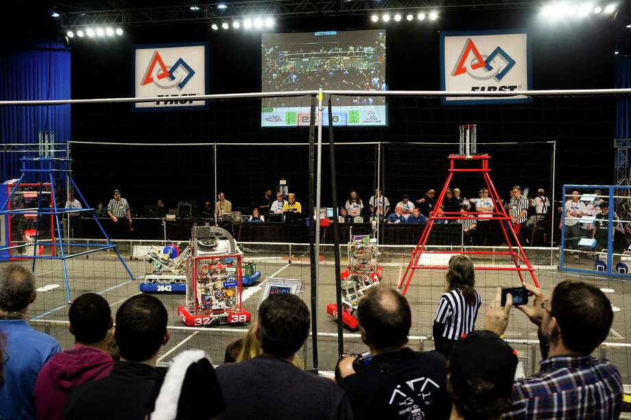 Hundreds of onlookers - both parents and students - enjoy the qualifying rounds of the FIRST Robotics Competition. Photo: JORDAN STEAD / SEATTLEPI.COM