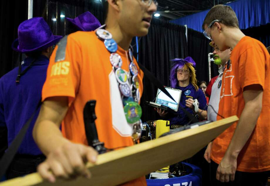 Students exchange last-minute words before a robot bout. Photo: JORDAN STEAD / SEATTLEPI.COM
