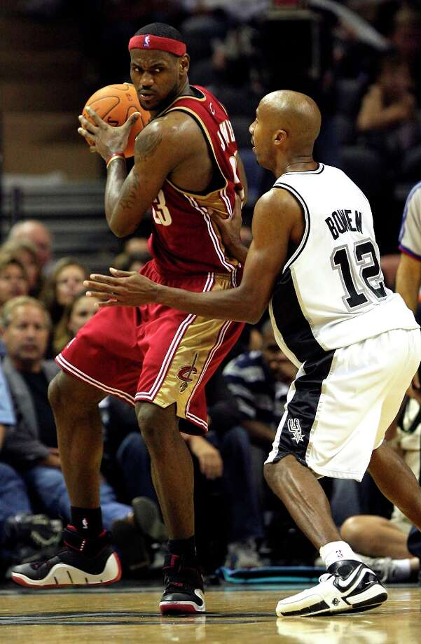The Cavaliers' Lebron James is guarded by the Spurs' Bruce Bowen in the Spurs' home opener on Nov. 3, 2006 at the AT&T Center. The Cavaliers won 88-81. Photo: DELCIA LOPEZ, SAN ANTONIO EXPRESS-NEWS / SAN ANTONIO EXPRESS-NEWS