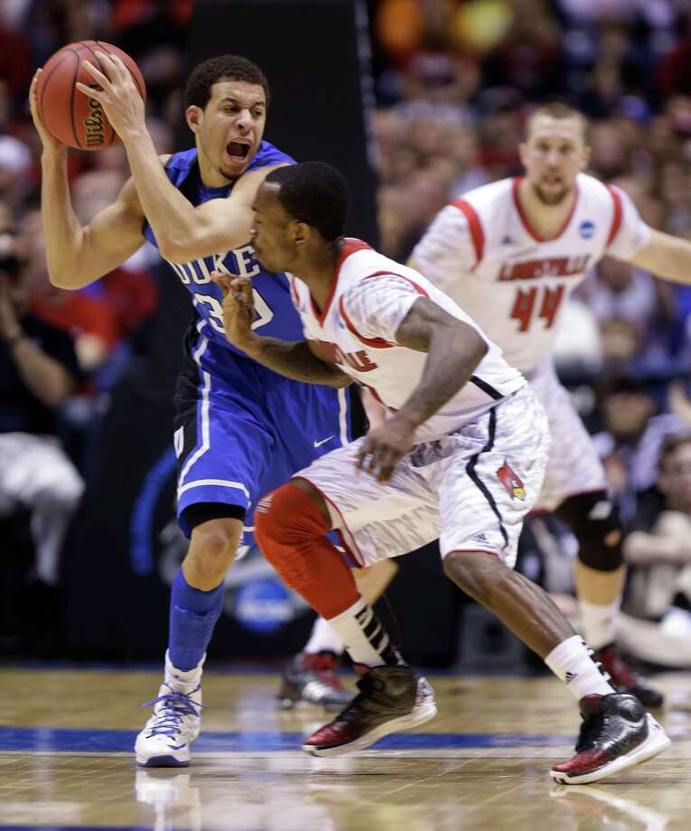 Duke guard Seth Curry (30) tries to pass the ball against Louisville guard Russ Smith (2) during the first half of the Midwest Regional final in the NCAA college basketball tournament, Sunday, March 31, 2013, in Indianapolis. Duke won 85-63 to advance to the Final Four. (AP Photo/Michael Conroy) Photo: Michael Conroy, Associated Press / AP