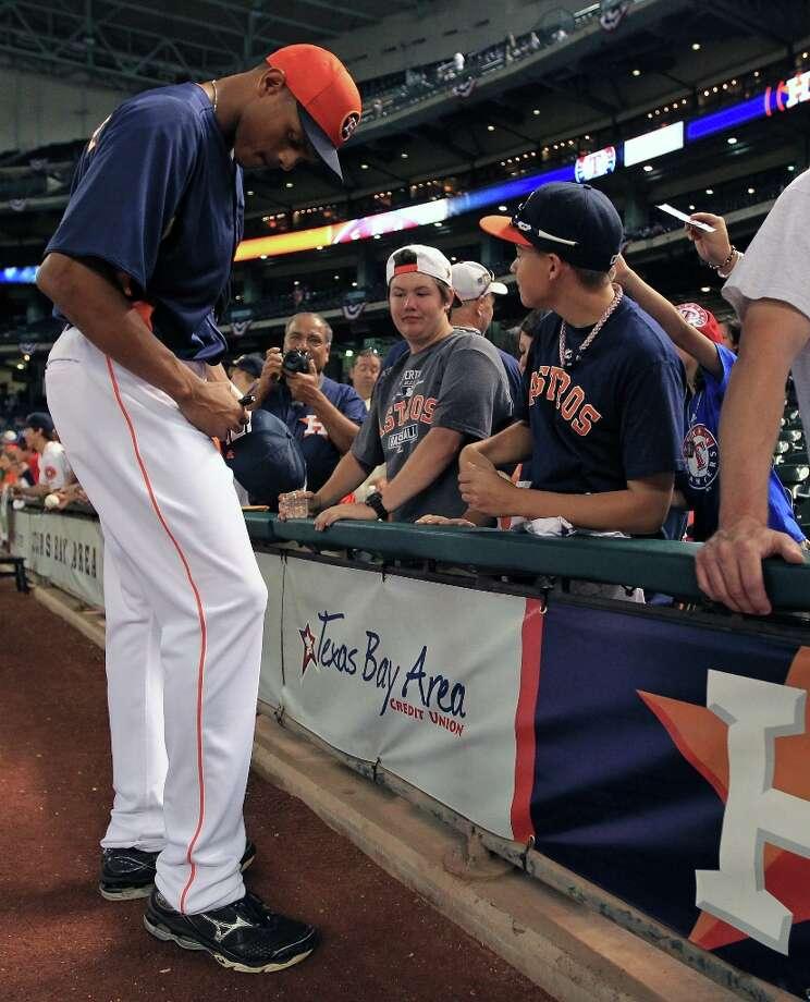 Astros center fielder Justin Maxwell signs autographs for fans during batting practice. Photo: Karen Warren