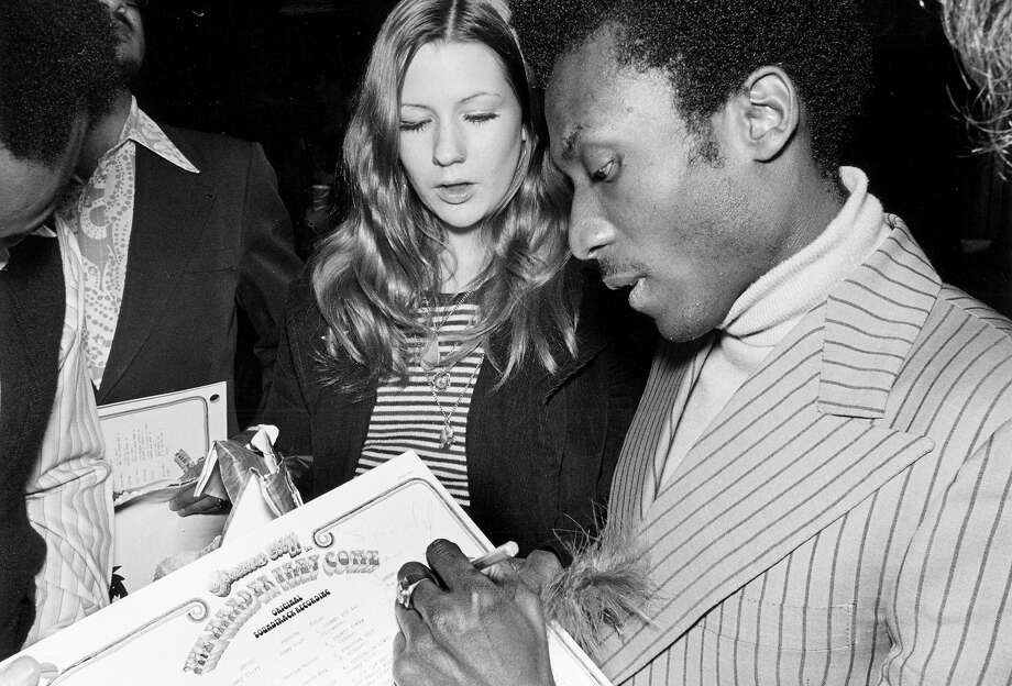 Jimmy Cliff signs and autograph for a fan. Photo: Michael Ochs Archives / Michael Ochs Archives