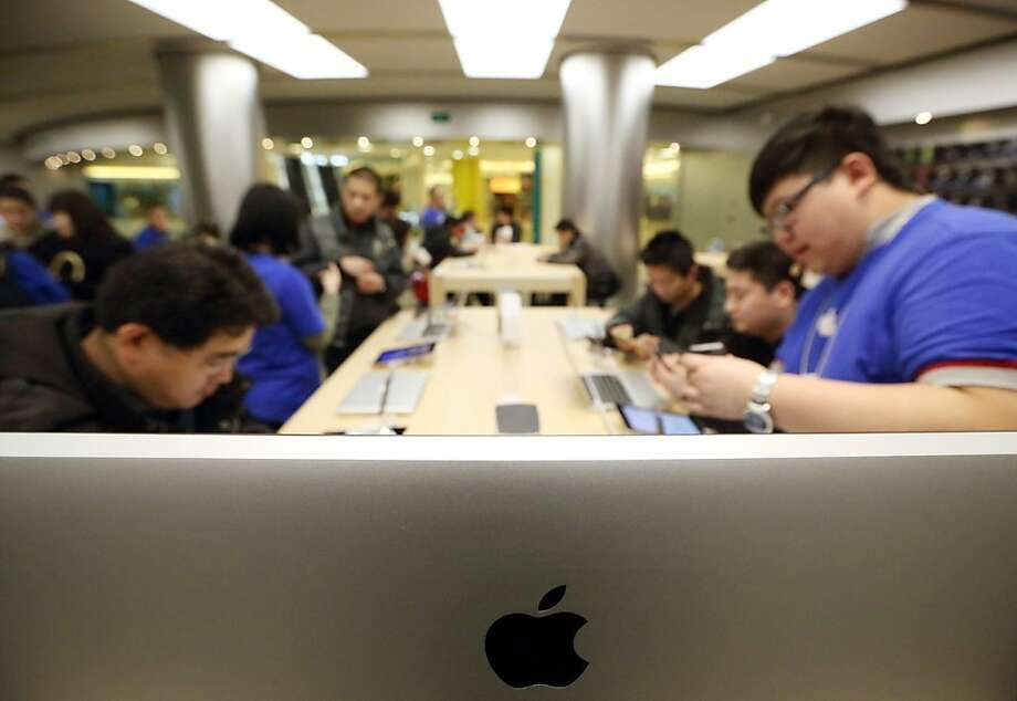 Apple customers take part in a workshop at a Beijing store. Apple issued an apology amid Chinese government attacks on company repair policies. Photo: Tomohiro Ohsumi, Bloomberg