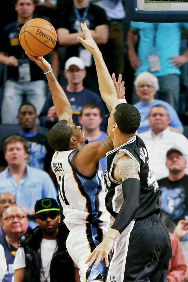 Memphis Grizzlies' Mike Conley (11) makes the game-winning shot over the Spurs' Danny Green (right) with less than one second left in the second half in Memphis, Tenn., Monday, April 1, 2013. The Grizzlies defeated the Spurs 92-90. Photo: Danny Johnston, Associated Press / AP