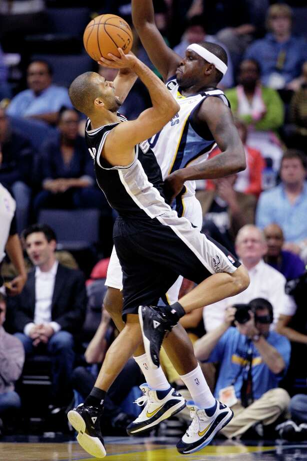 The Spurs' Tony Parker (left) tries to shoot over Memphis Grizzlies' Zach Randolph during the first half in Memphis, Tenn., Monday, April 1, 2013. Photo: Danny Johnston, Associated Press / AP